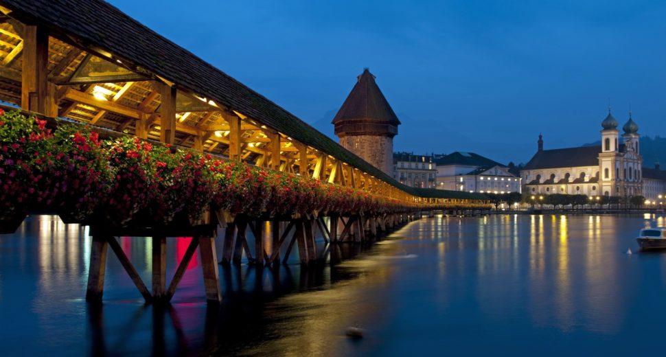 Незабываемая романтическая прогулка по цветочному мосту с швейцарцем.