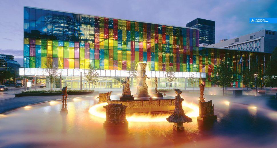Посетить первый музей современного искусства в Канаде.